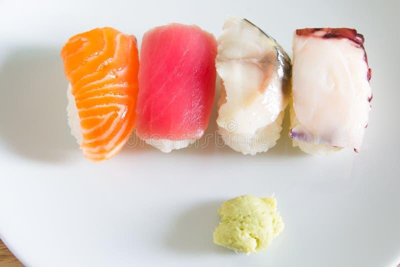 在白色板材设置的寿司 免版税图库摄影