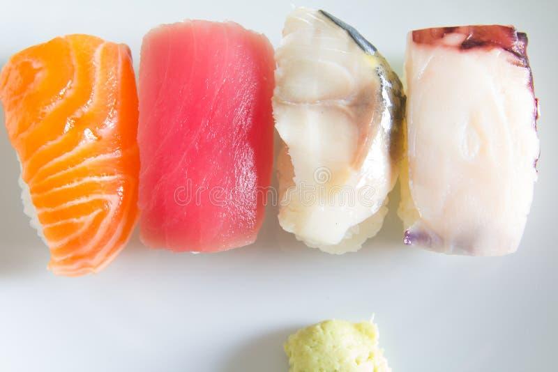 在白色板材设置的寿司 免版税库存图片