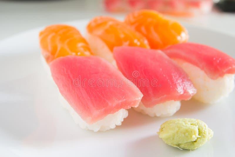 在白色板材设置的寿司 Janpan食物 图库摄影