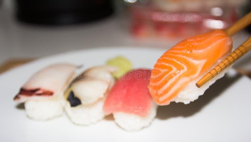 在白色板材设置的寿司 Janpan食物 库存照片