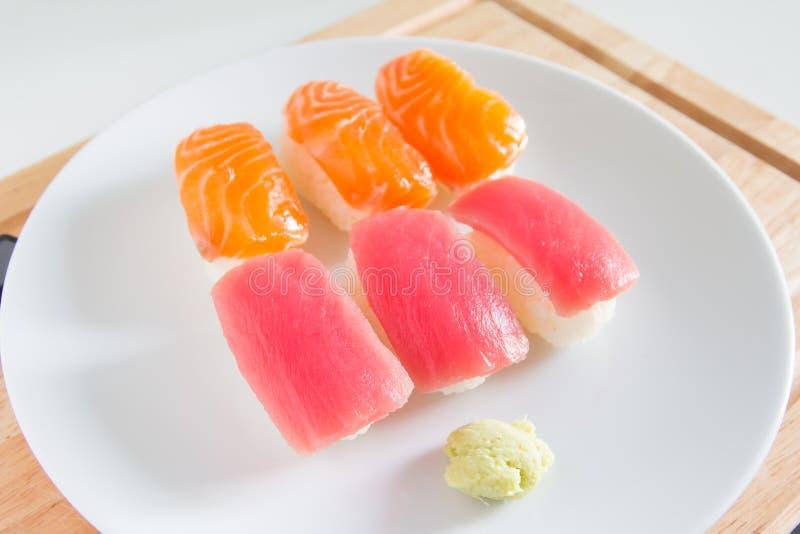 在白色板材设置的寿司 Janpan食物 免版税库存照片