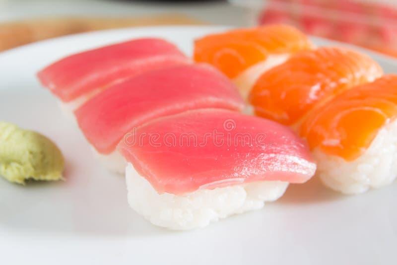 在白色板材设置的寿司 Janpan食物 库存图片