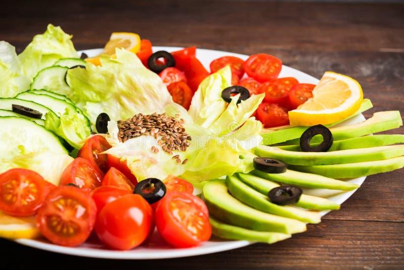 在白色板材,沙拉柜台的未加工的蔬菜 免版税库存图片