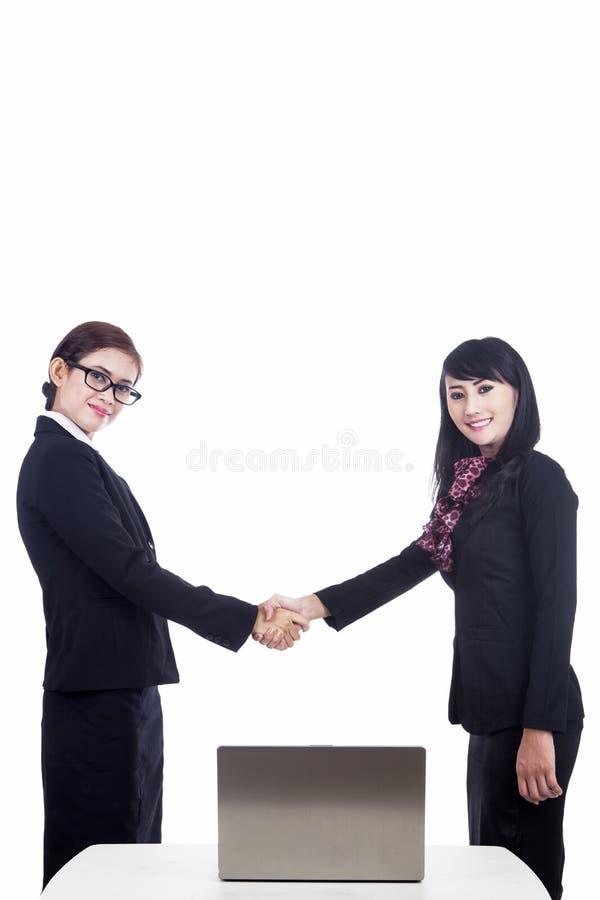 在白色查出的女商人合伙企业 免版税库存照片