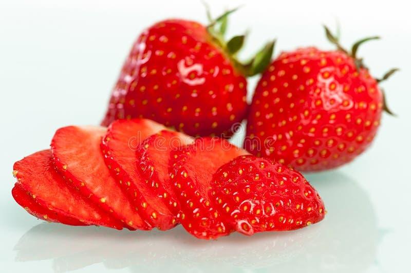 在白色查出的新鲜的草莓 库存图片