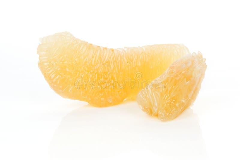 在白色查出的柚片。 免版税库存照片