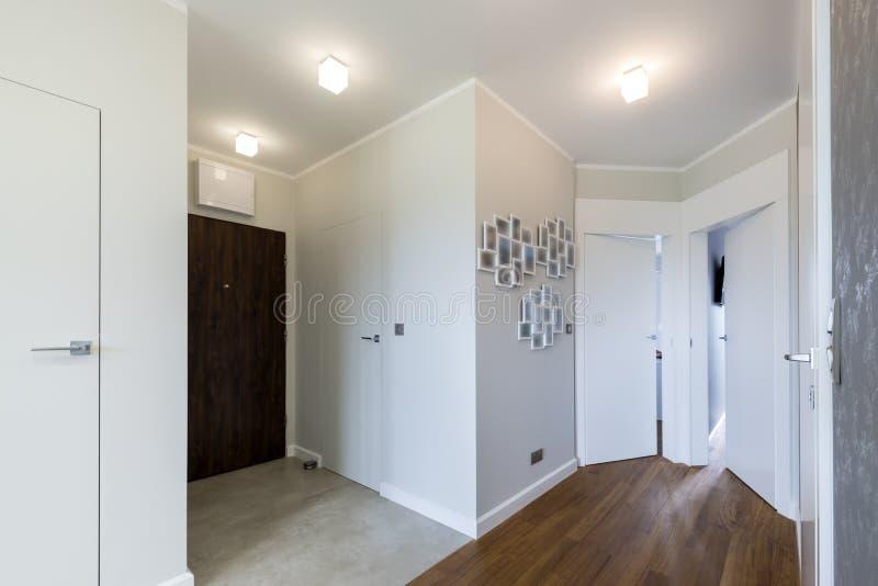 在白色样式的现代走廊 免版税库存图片