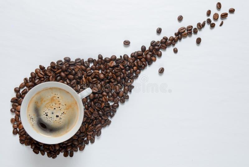 在白色桌上的咖啡粒 图库摄影