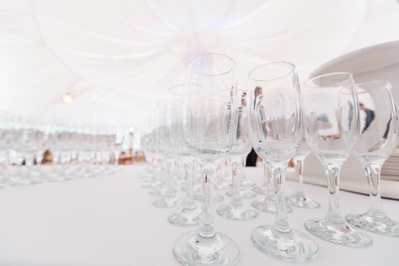 在白色桌上的干净的玻璃 承办的设定准备好事件开始 服务区域侍者在餐馆 库存照片
