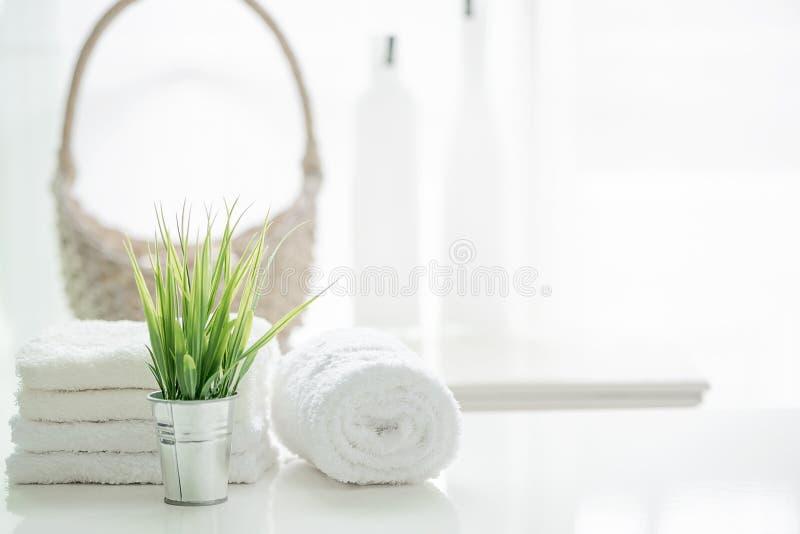 在白色桌上的毛巾与在被弄脏的卫生间backgr的拷贝空间 免版税图库摄影