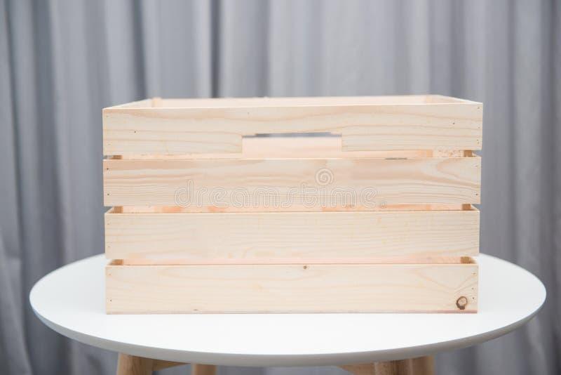 在白色桌上的空的木箱 免版税库存照片