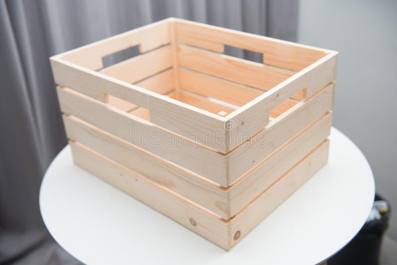 在白色桌上的空的木箱 库存照片