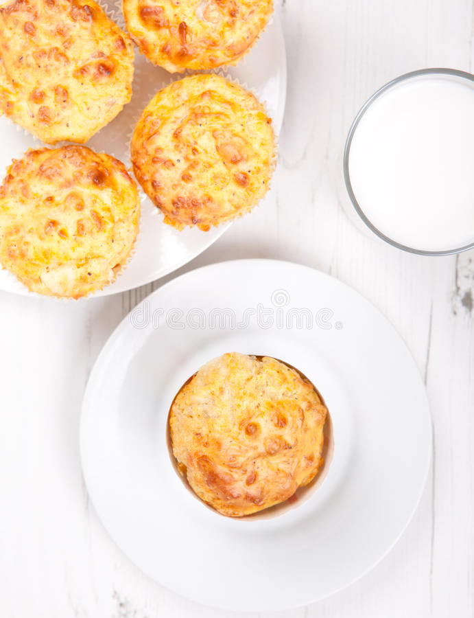 在白色桌上的美味乳酪和烟肉松饼 免版税库存图片