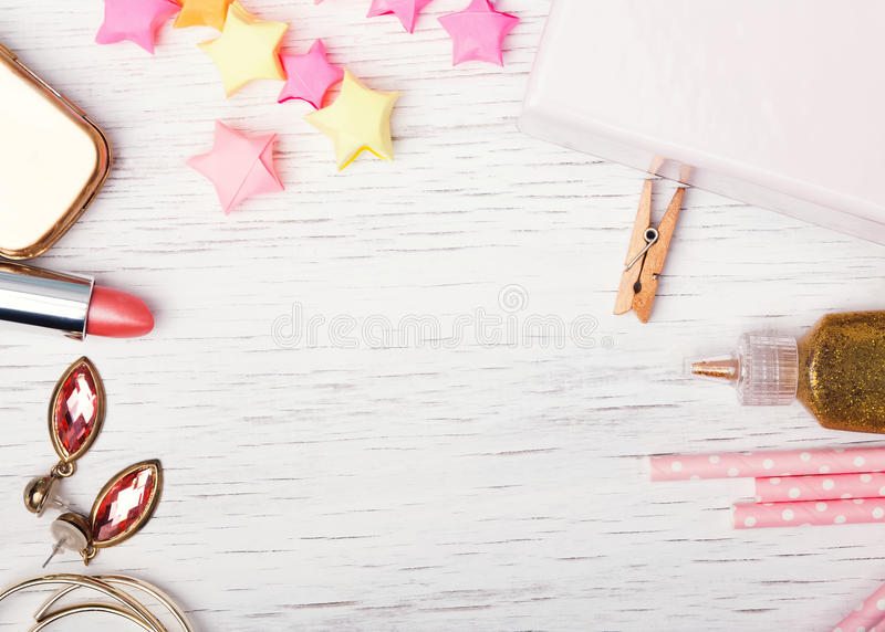 在白色桌上的逗人喜爱的小femenine材料 库存照片