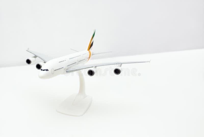 在白色桌上的飞机模型 免版税库存照片