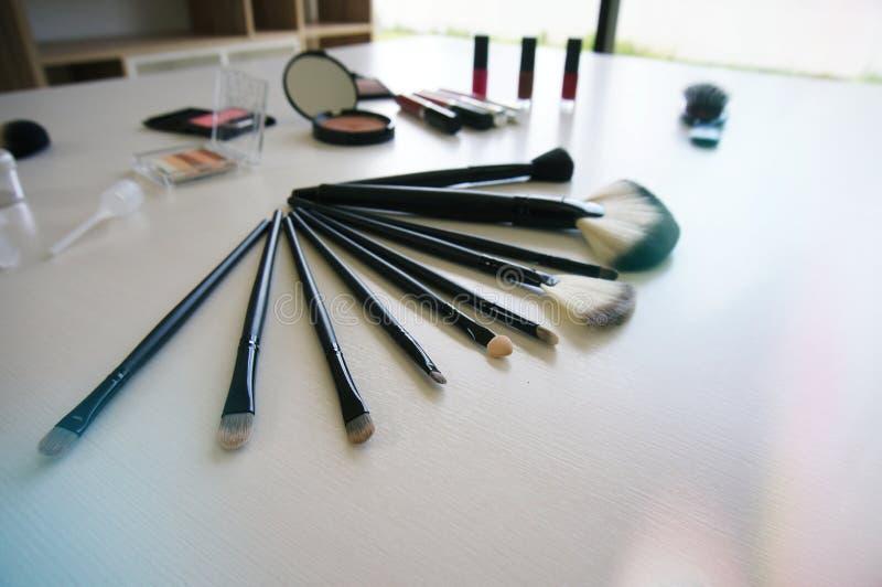 在白色桌上设置的装饰化妆用品构成 库存图片