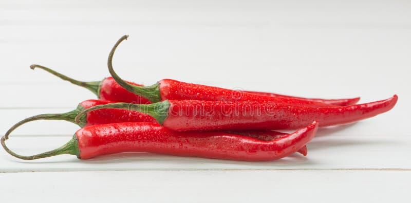 在白色桌背景的红辣椒 库存图片