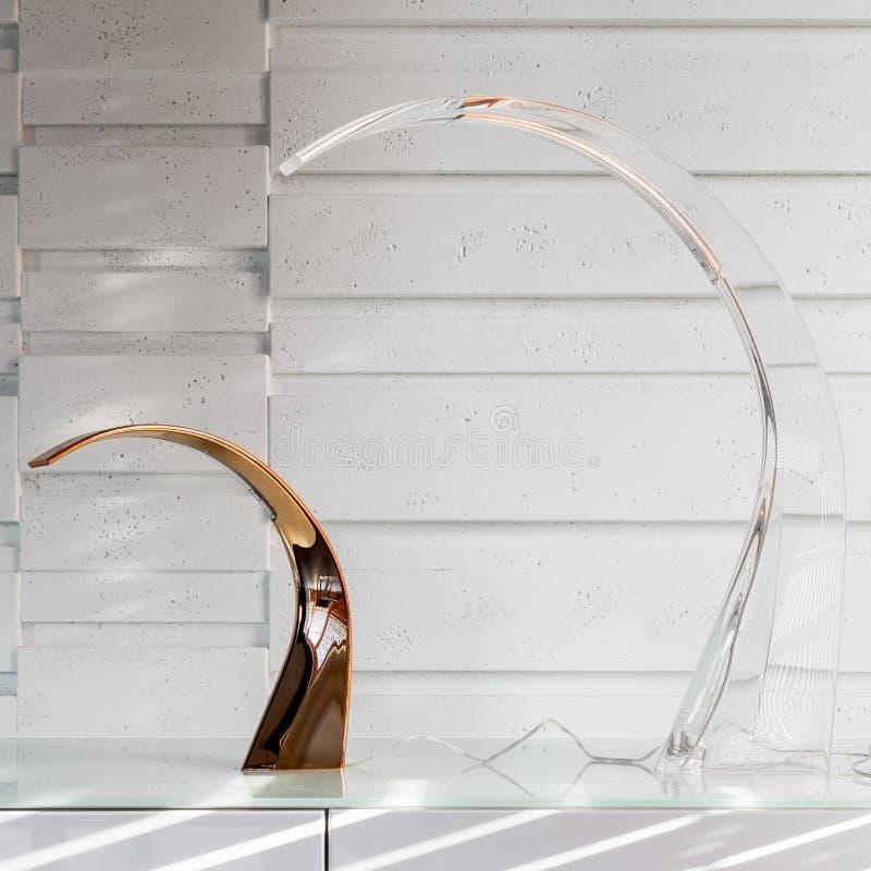在白色梳妆台的现代灯 免版税库存照片
