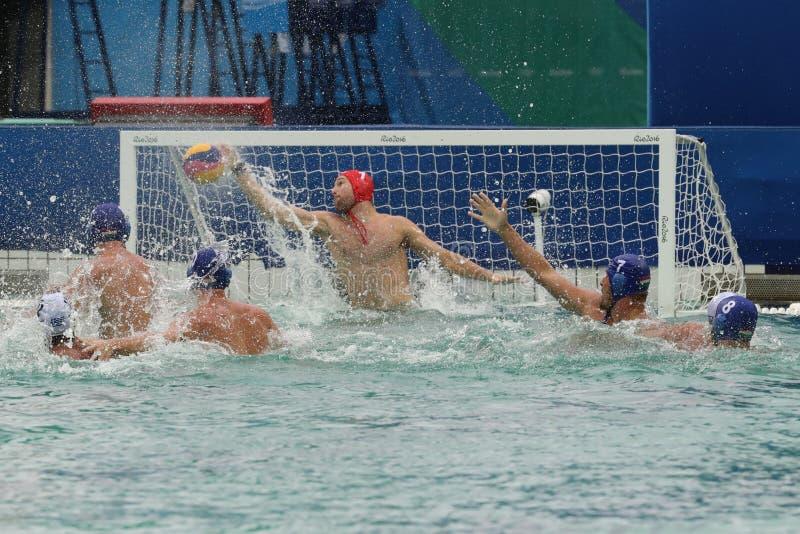 在白色比分的水球队希腊在反对队匈牙利的里约2016奥林匹克人` s初步圆的西甲比赛期间 库存图片