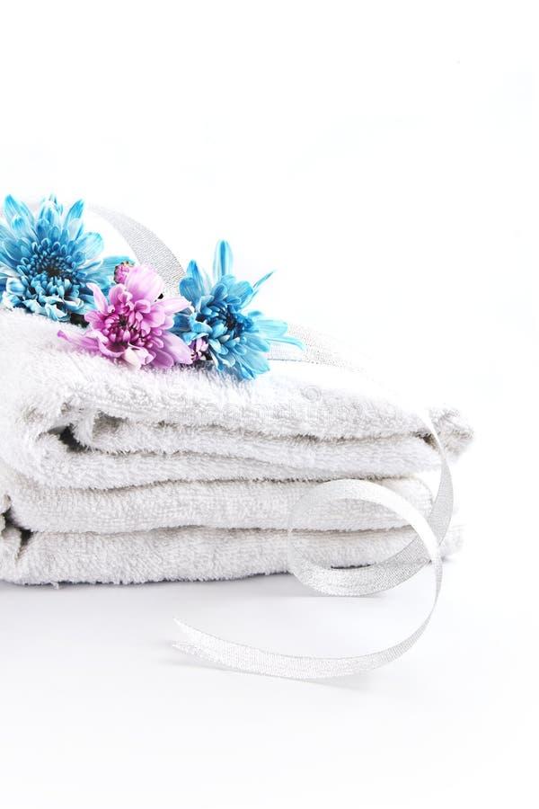 在白色毛巾的花 库存图片