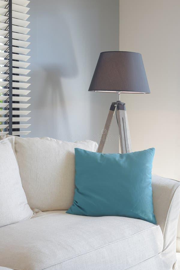 在白色沙发和黑树荫身分灯的绿色枕头 免版税图库摄影