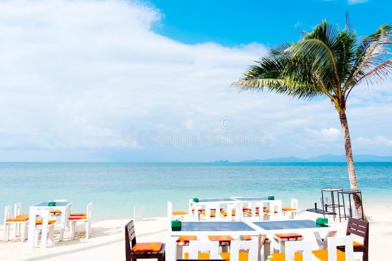 在白色沙子夏天海滩, c的室外白色饭桌设置 免版税库存图片