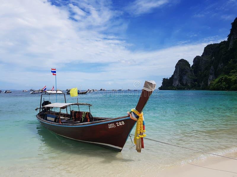 在白色沙子海海滩和蓝天的Longtale泰国出租汽车小船 库存照片