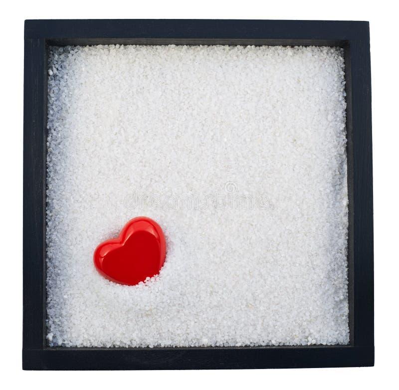 在白色沙子的心脏形状 免版税图库摄影