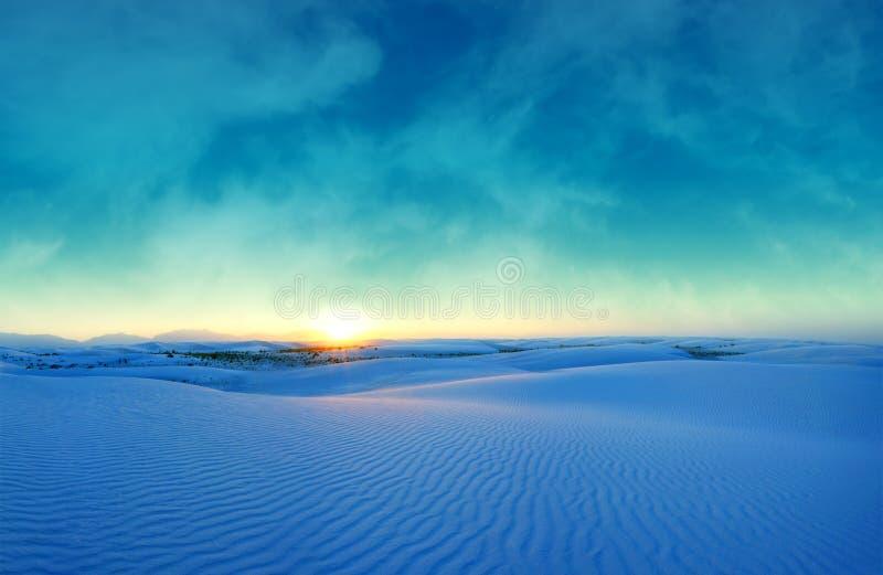 在白色沙子的蓝色日落 库存照片