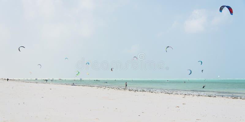在白色沙滩的Kitesurfers在帕杰,桑给巴尔 库存照片