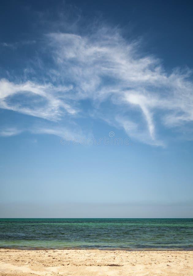 在白色沙滩的美丽的多云天空 免版税图库摄影
