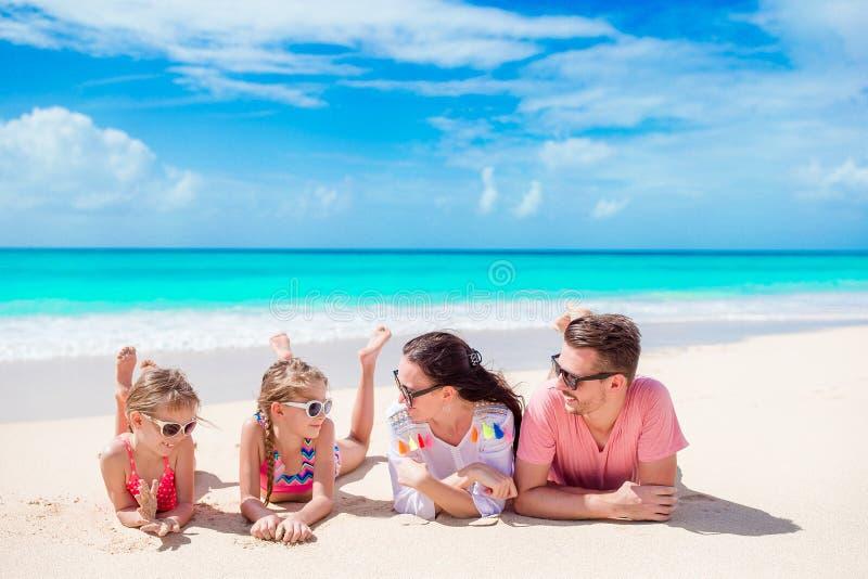 在白色海滩的愉快的美丽的家庭 免版税库存图片