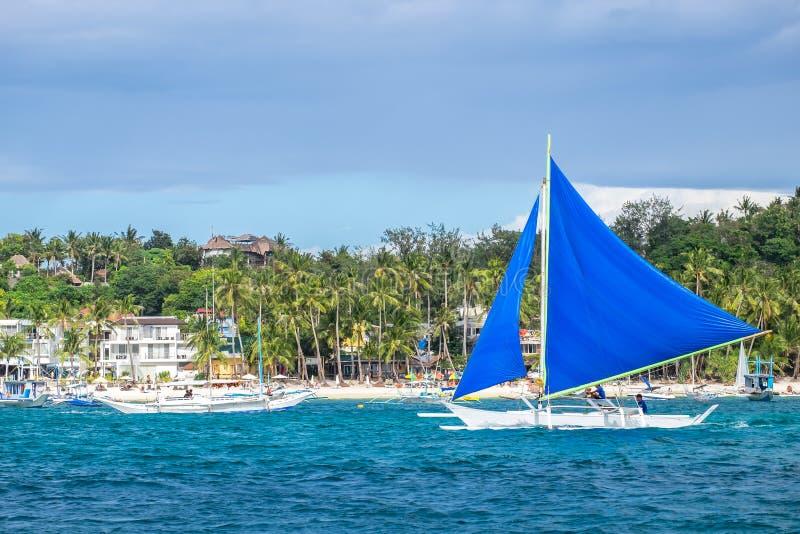 在白色海滩的传统菲律宾帆船博拉凯 免版税库存图片