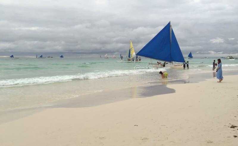 在白色海滩的帆船在博拉凯,菲律宾 图库摄影