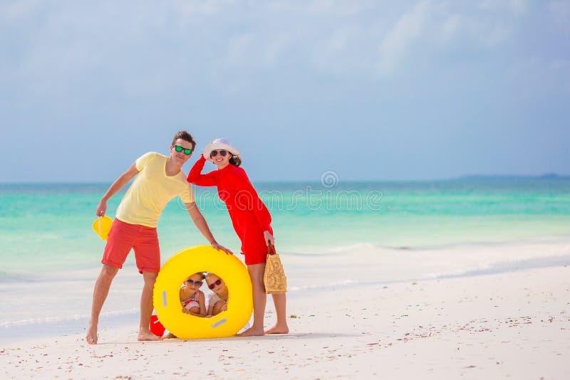 在白色海滩的愉快的美丽的家庭 库存照片