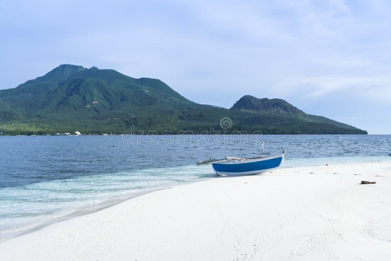 在白色海滩camiguin海岛上的Banka 库存图片
