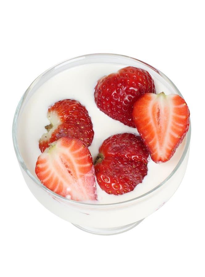 在白色牛奶的草莓 免版税库存图片