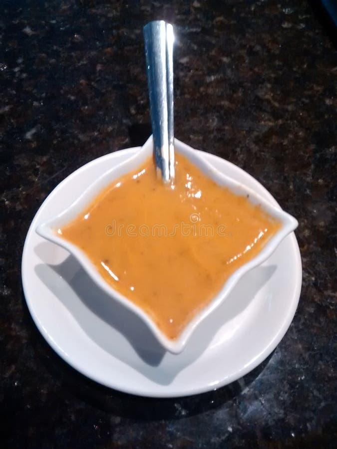 在白色瓷容器的辣调味汁 免版税库存照片