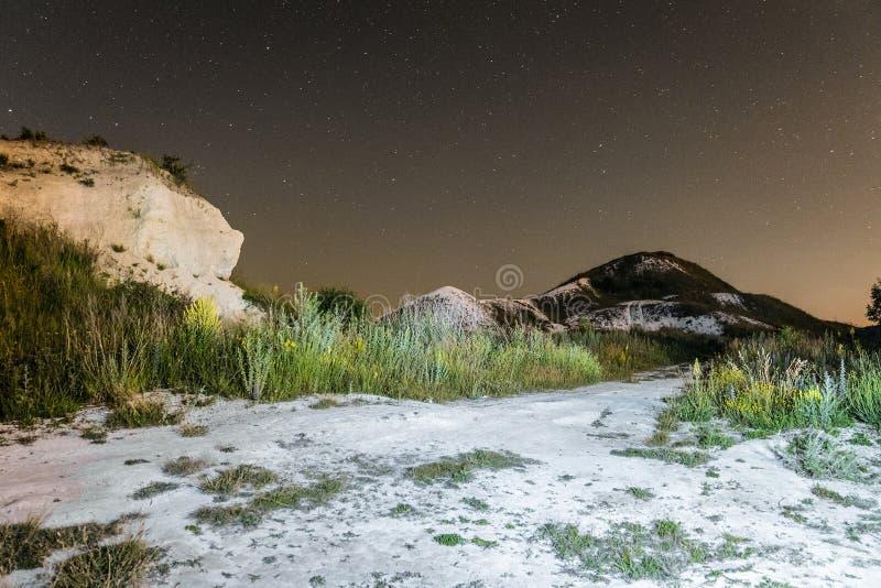 在白色白垩纪小山的繁星之夜天空 与白垩道路足迹的夜自然风景 库存图片