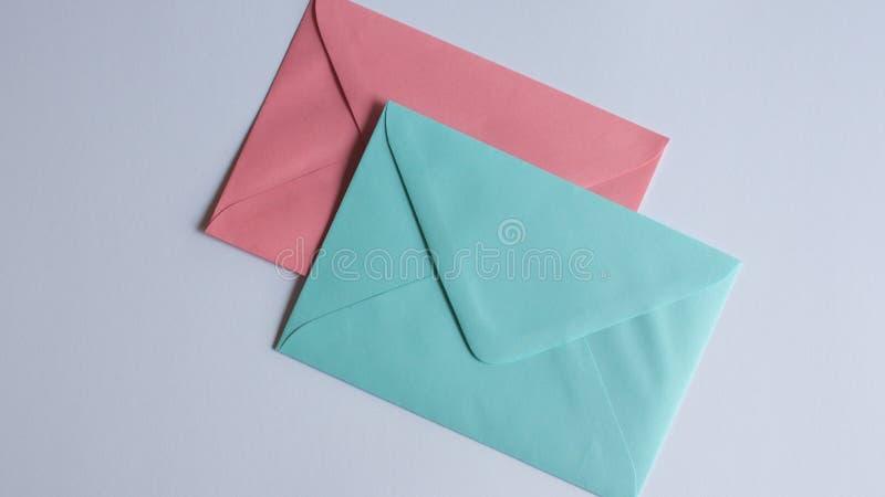 在白色的五颜六色的信封 库存图片