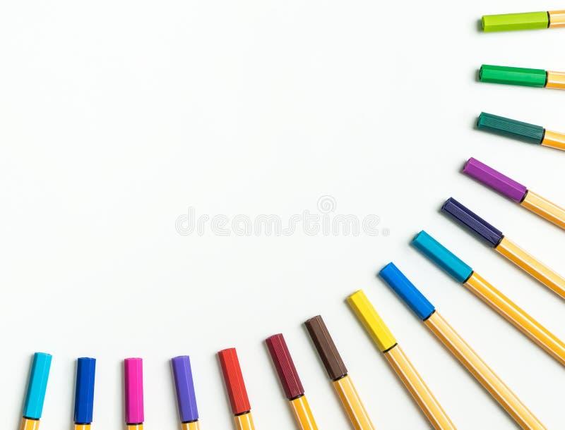 在白色的五颜六色的彩虹记号笔 免版税库存照片