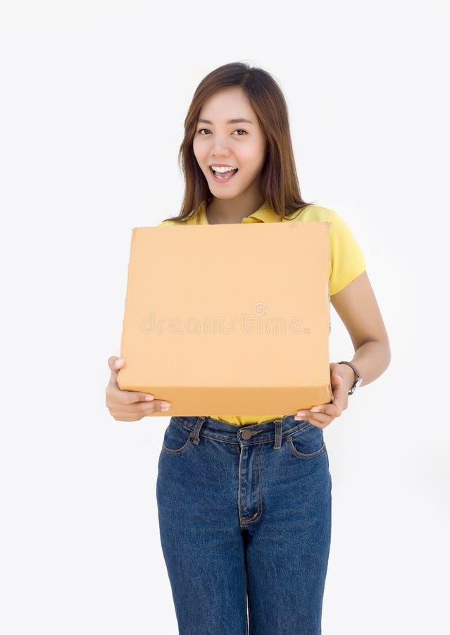 在白色的亚洲泰国夫人举行纸箱包裹 库存图片