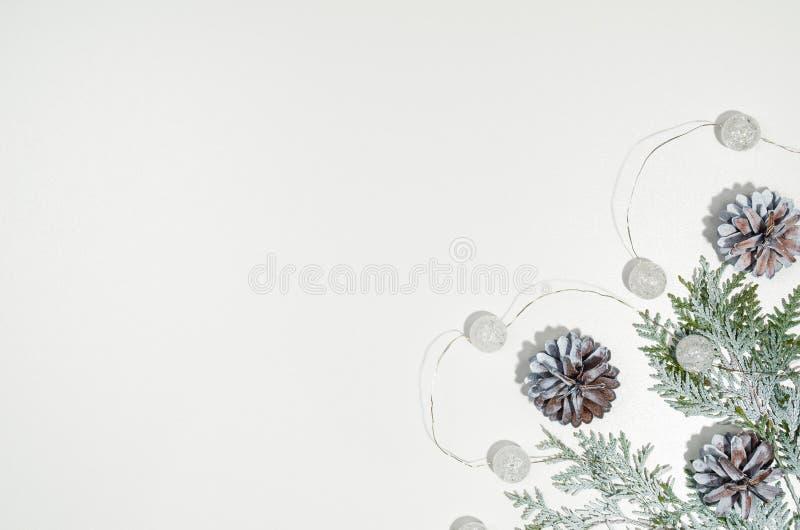在白色的圣诞节背景框架顶视图与拷贝空间 库存照片