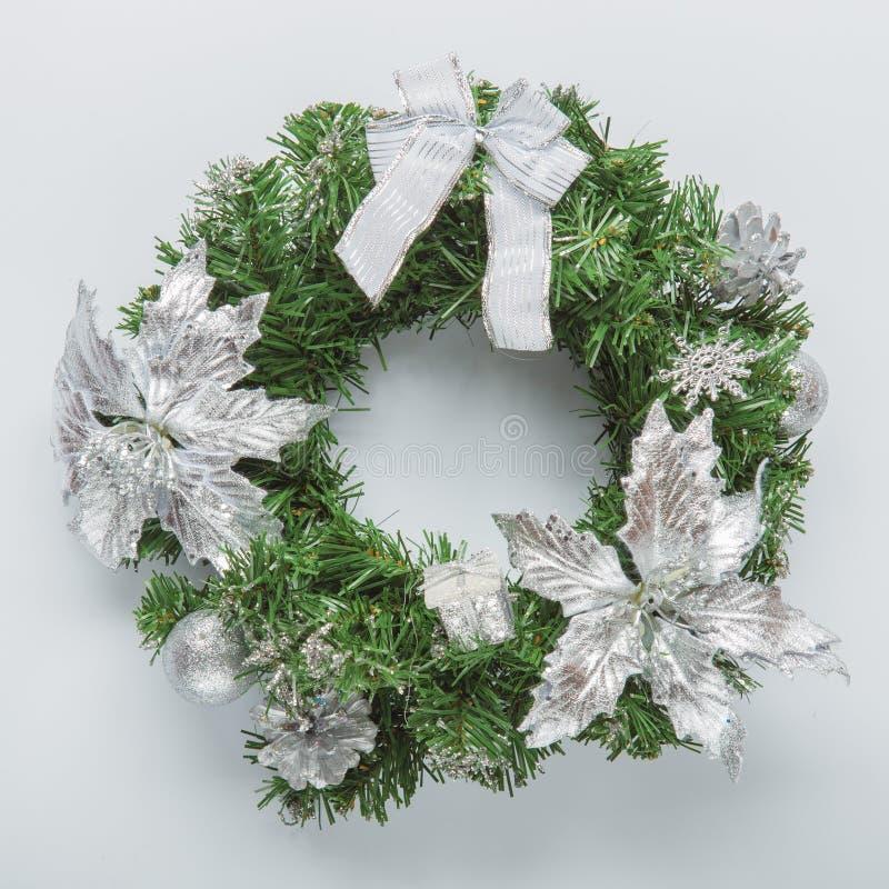 在白色的圣诞节蓝色花圈 库存照片