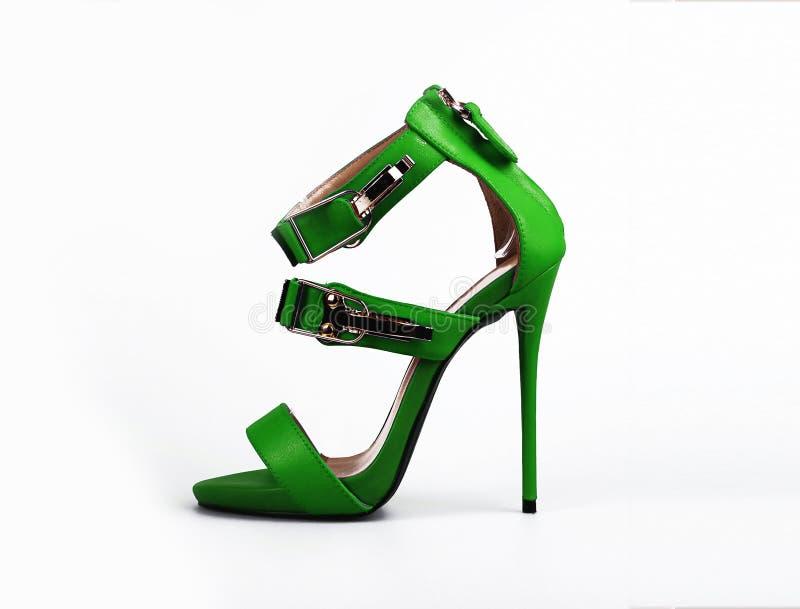 在白色的夏天女性绿色鞋子 免版税库存图片
