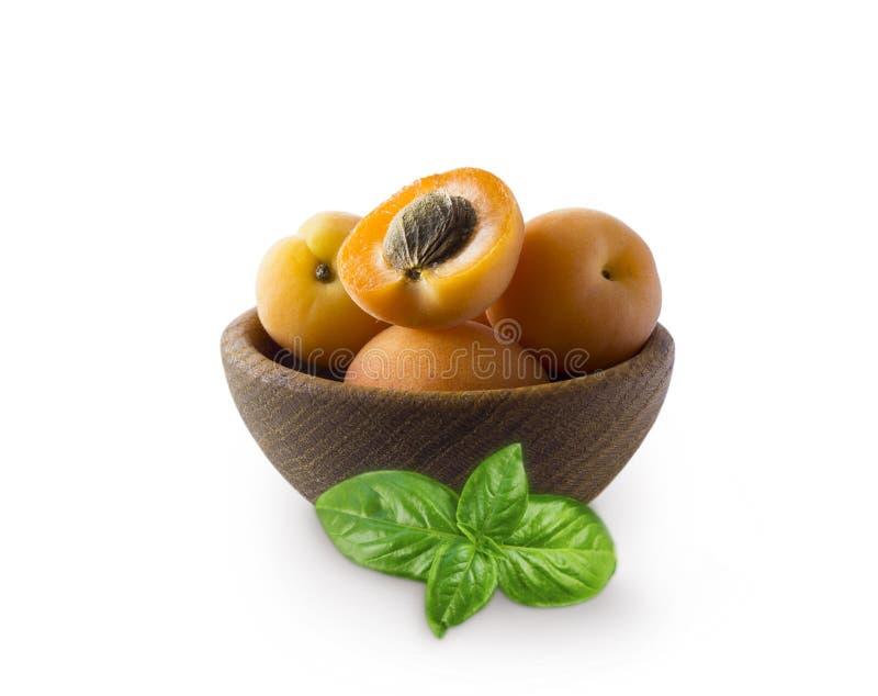 在白色的成熟杏子孤立 滚保龄球用与在白色背景隔绝的叶子的杏子 与拷贝空间的成熟杏子t的 免版税库存图片