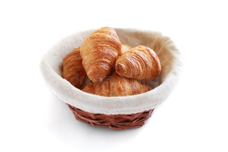 在白色的新近地被烘烤的鲜美新月形面包 免版税库存图片