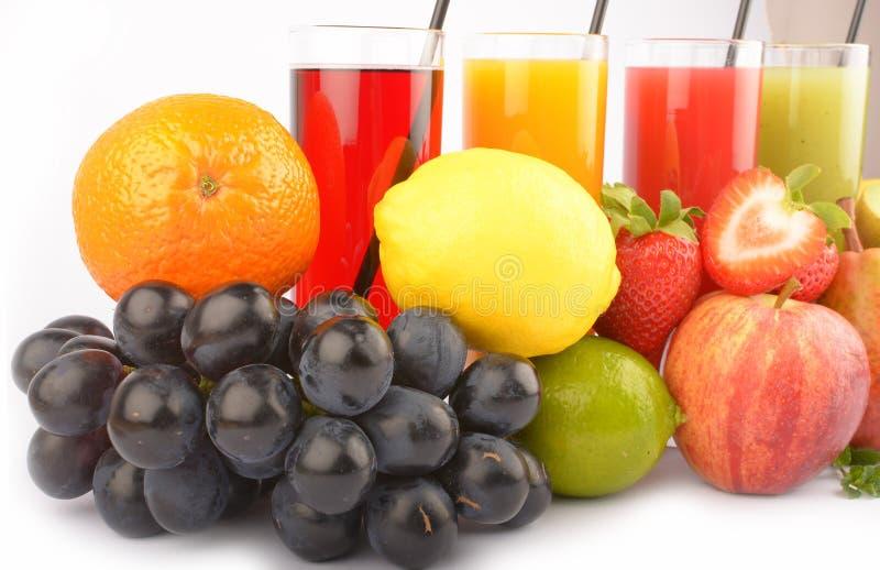 在白色的新鲜水果汁 库存图片