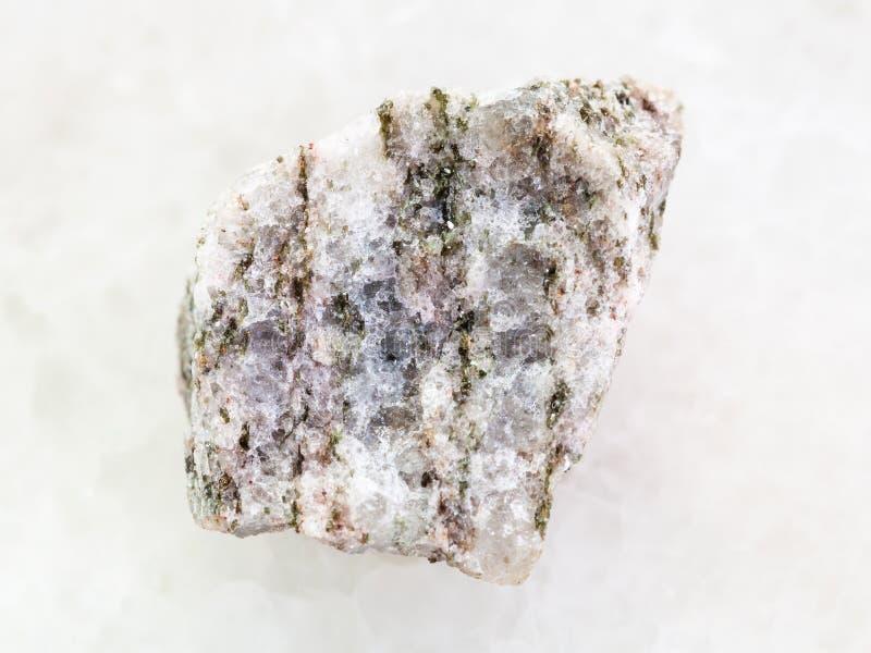 在白色的未加工的磷灰石(磷矿石)石头 免版税库存图片