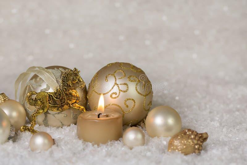 在白色的欢乐古典圣诞节装饰和金子与ho 库存图片
